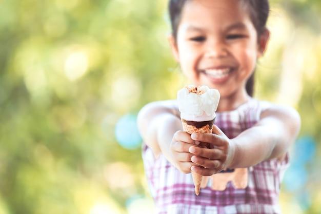 Cute, asian menina criança, segurando, gostosa, icecream, cone, em, mão, com, divertimento, e, felicidade