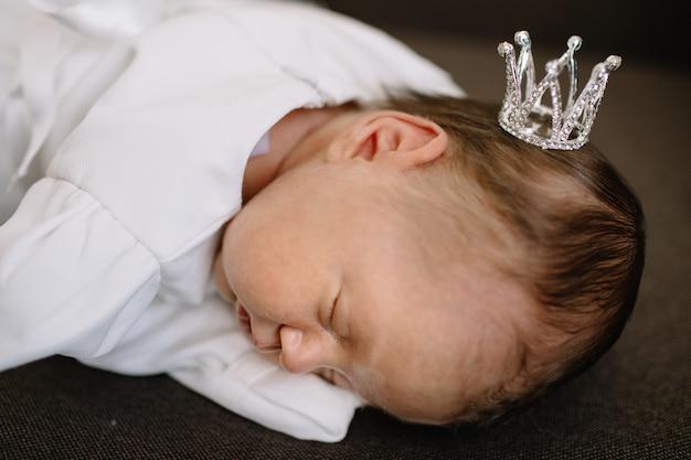 Cute bebê recém-nascido dorme na cama