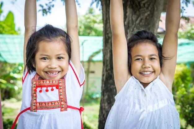 Cute, dois, menina asiática, crianças, em, payground