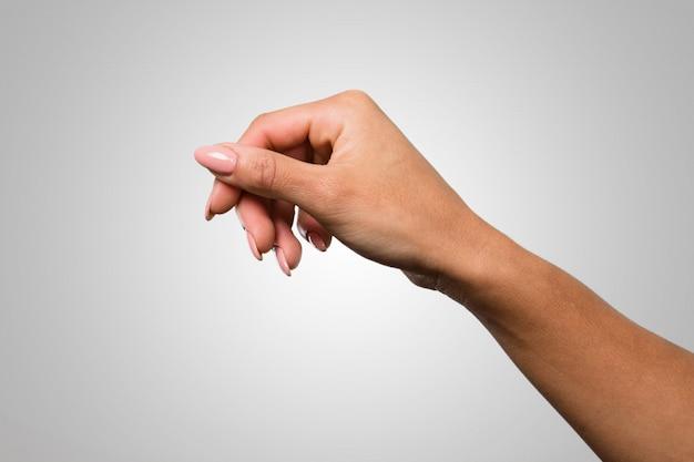 Cute feminino mãos segurando algo