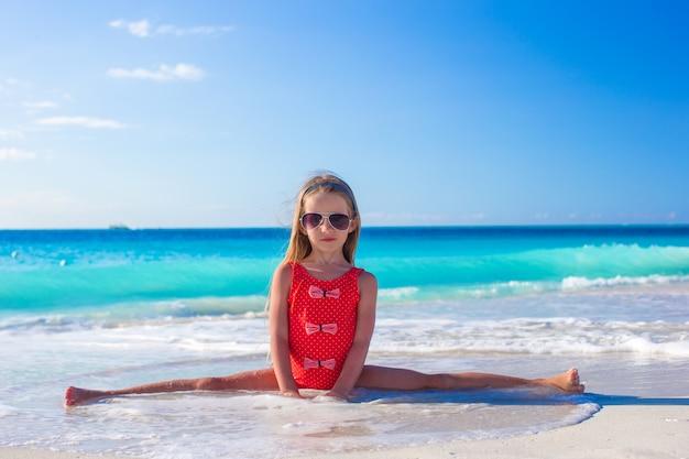 Cute, ginástico, menininha, fazendo, dela, exercícios, ligado, praia tropical