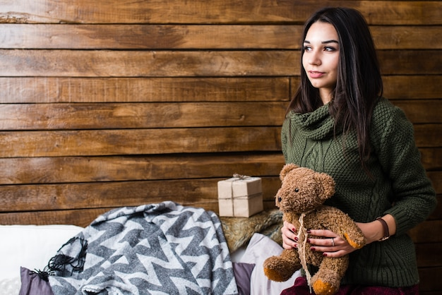 Cute girl segura um ursinho em suas mãos. conceito de natal e ano novo