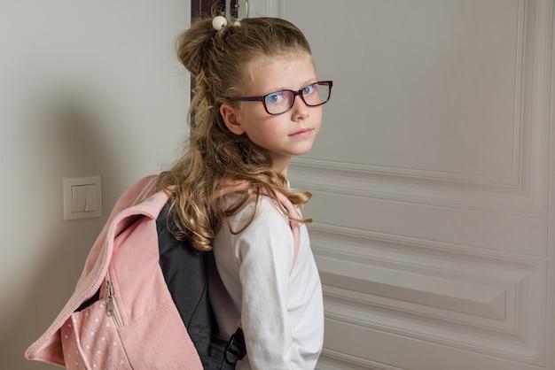 Cute junior schoolgirl indo para a escola