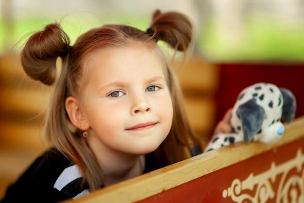 Cute, menininha, em, parque divertimento