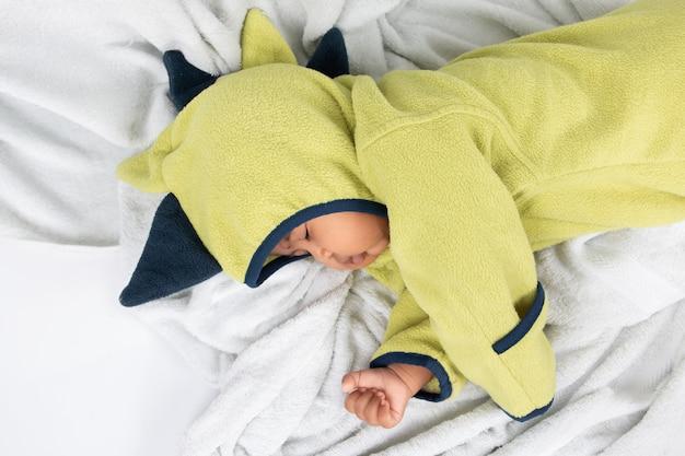 Cute, menino bebê, mentindo, e, dormir