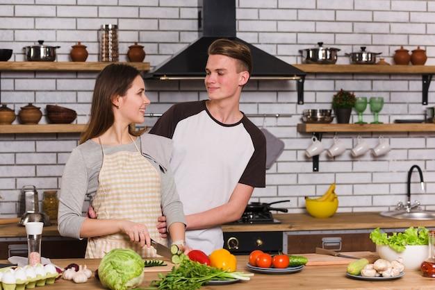 Cute, par, olhando um ao outro, em, cozinha