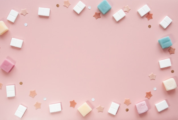 Cute pink background mockup com doces e estrelas