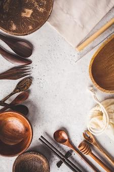 Cutelaria de bambu amigável de eco e pratos, espaço da cópia, conceito do desperdício zero.
