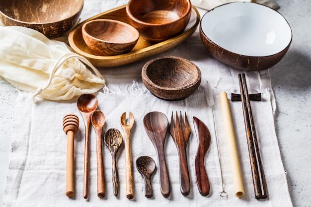 Cutelaria e pratos amigáveis de bambu de eco, conceito do desperdício zero.