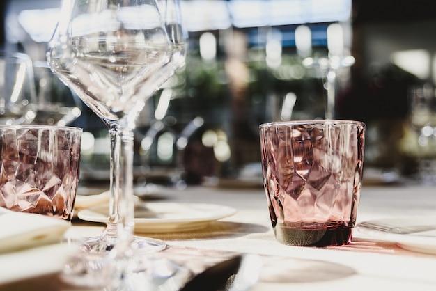 Cutelaria vazia original com vidros de água elegantes.