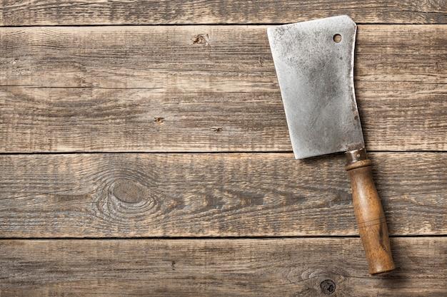 Cutelo de açougueiro vintage em fundo de madeira