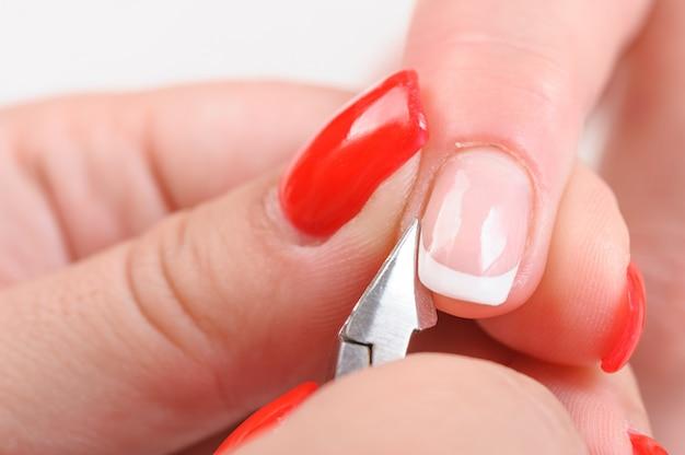 Cutículas cortando com cortador de unhas