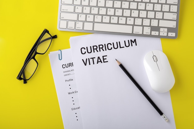 Cv com teclado e óculos, entrevista de emprego