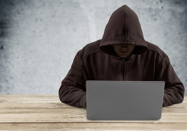 Cyber hacker usando laptop em fundo escuro