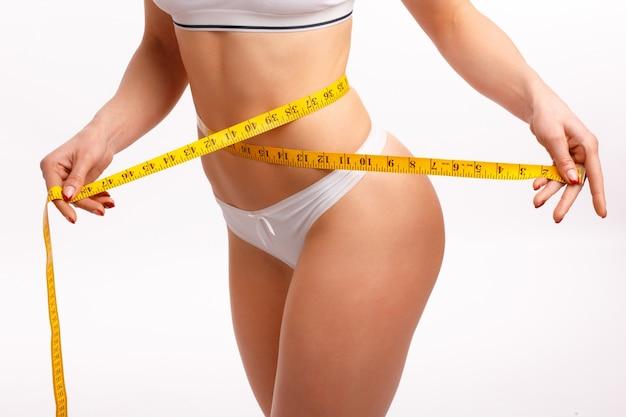 Da cintura das mulheres com uma fita métrica