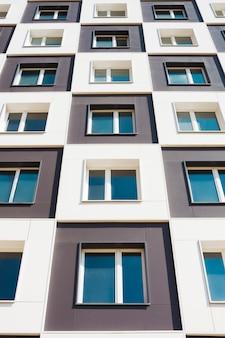 Da foto abaixo do moderno e novo prédio de apartamentos.