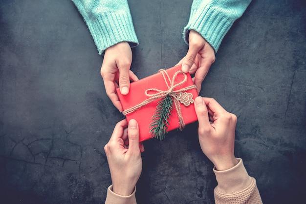 Dá presente de natal presentes com decoração