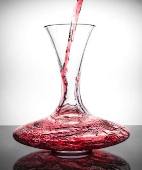Dacanter com vinho tinto