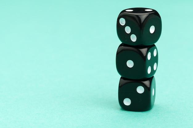 Dadinhos de jogos sobre fundo azul. conceito de jogo.