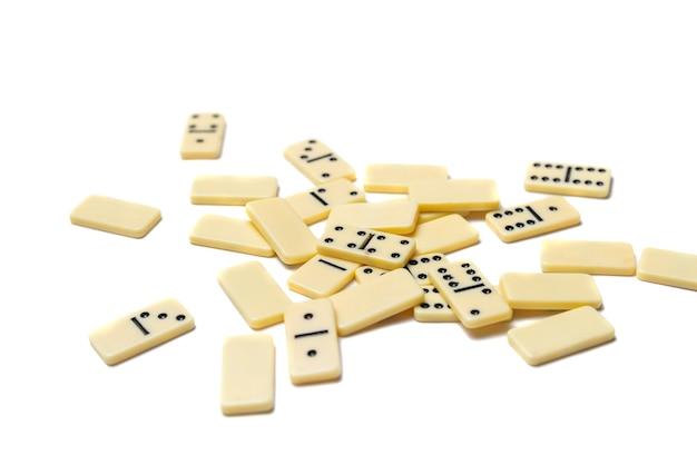 Dado de dominó branco em um fundo branco
