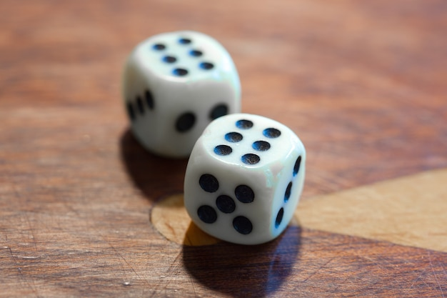 Dados brancos na madeira. conceito de sorte, azar e diversão de lazer, número 6.