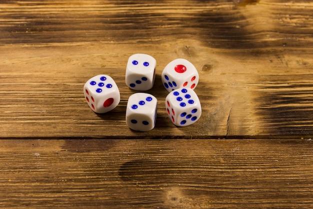Dados brancos na mesa de madeira. conceito de jogo de azar