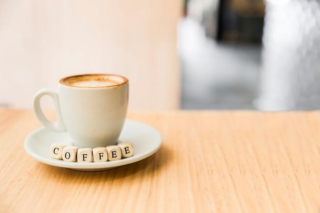 Dados de café com café na mesa de madeira