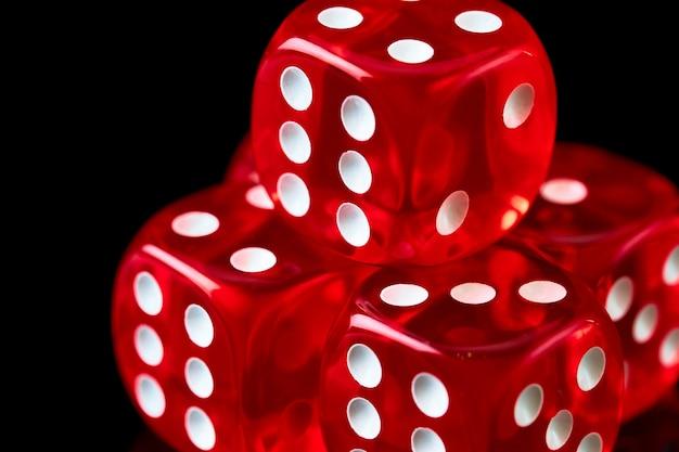Dados de cassino vermelhos na mesa preta