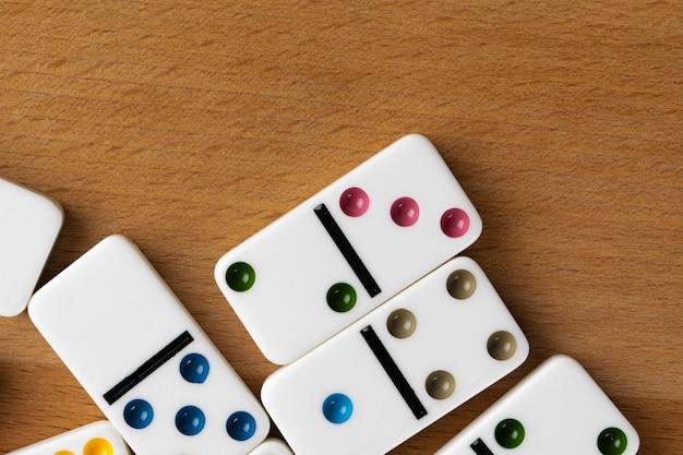 Dados de dominó branco sobre uma mesa de madeira
