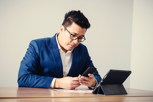 Dados de empresário serching com smartphone entre a reunião de brainstorming de sucesso corporativo