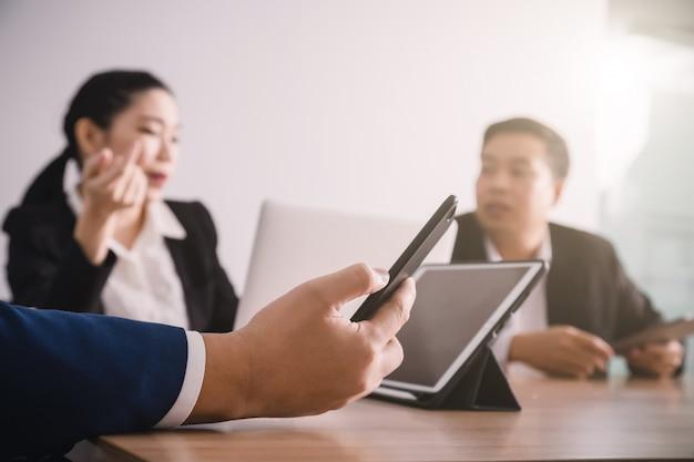 Dados de empresário serching com smartphone entre reunião de brainstorming de sucesso corporativo