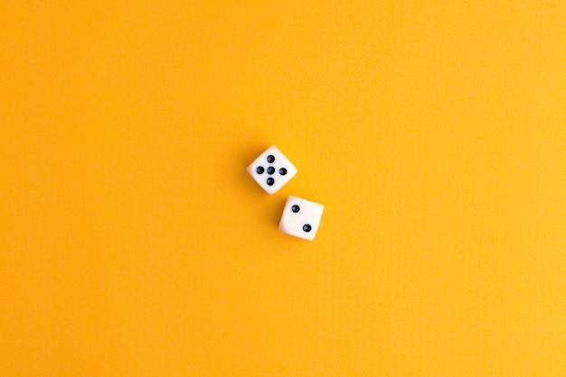 Dados de jogo brancos duplos com sete pontos