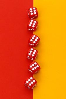 Dados de jogos em papel colorido
