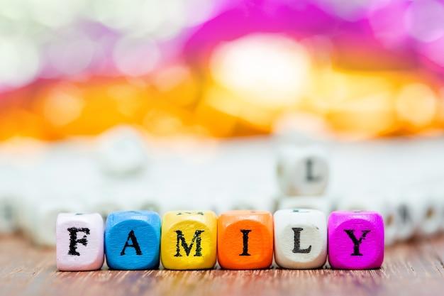 Dados de madeira com palavras fmailly significam pai e mãe eu te amo