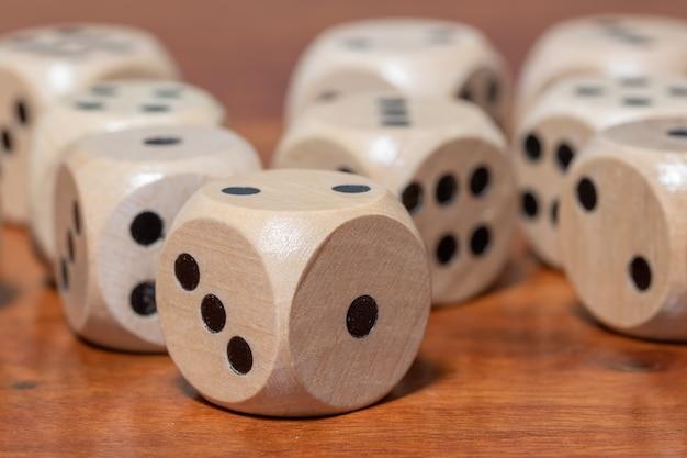 Dados de madeira para jogo de tabuleiro na superfície de madeira. chance e risco.
