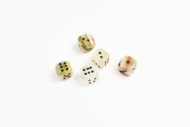 Dados de pedra natural sobre fundo branco. copie o espaço. jogos.