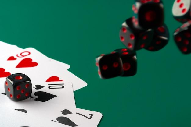 Dados e cartas espalhadas na mesa close-up