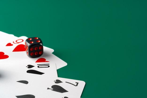 Dados e cartas espalhadas na mesa