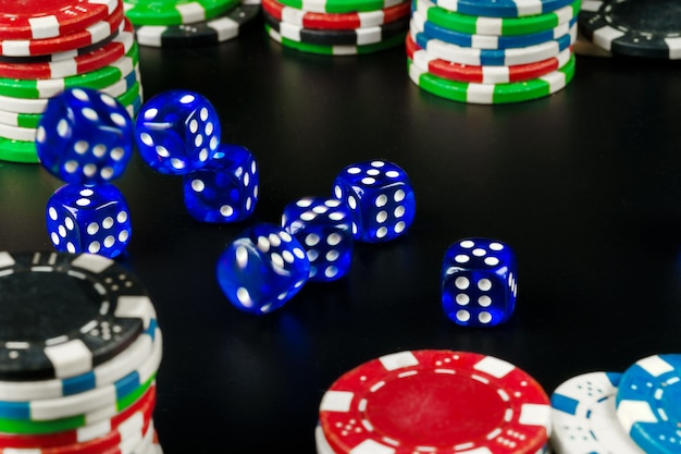 Dados e fichas na mesa preta