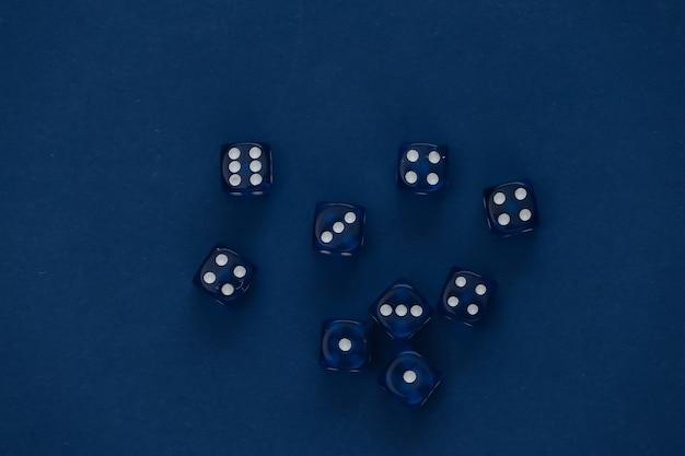 Dados em um azul clássico. sorte, vício em jogos