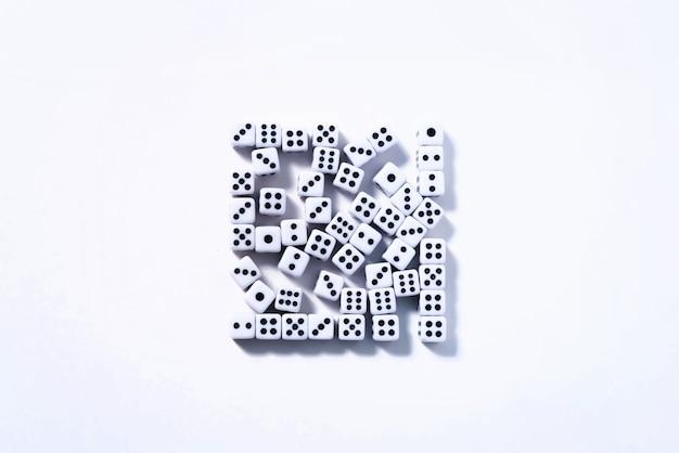 Dados em um fundo branco empilhados em um quadrado