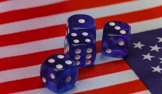 Dados na bandeira dos eua. conceito de eleição presidencial dos eua
