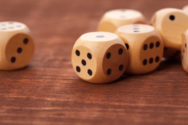 Dados na mesa de madeira. jogos de cassino.