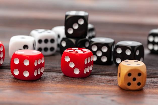 Dados na mesa de madeira. para jogos de cassino.