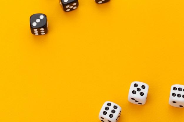 Dados preto e branco em um fundo laranja