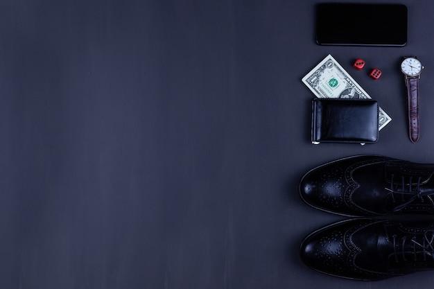 Dados, sapatos masculinos e carteira com um dólar em fundo preto, sucesso do jogo de cassino