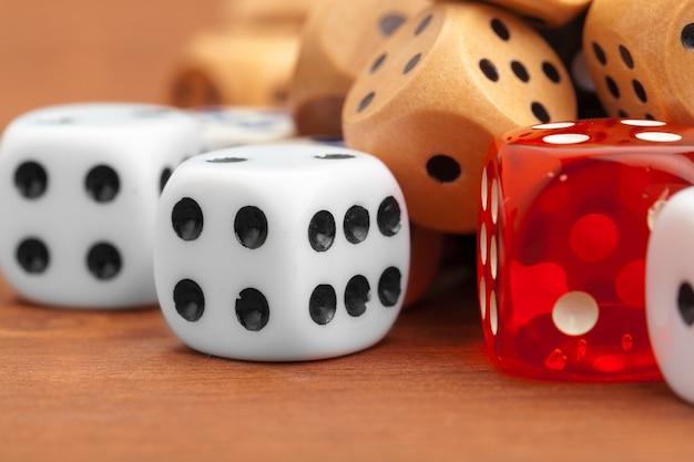 Dados sobre uma mesa de madeira. conceito de risco comercial.