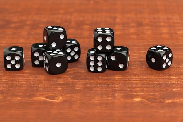Dados sobre uma mesa de madeira. risco do negócio.