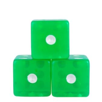 Dados verdes isolados no branco