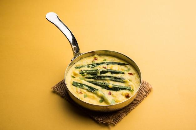 Dahi bhindi ou quiabo em molho de iogurte, servido em uma tigela ou karahi, foco seletivo